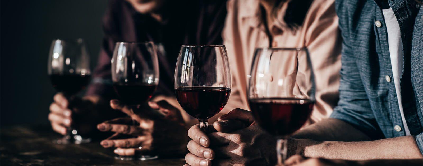Zu viele Gläser mit Alkohol können zu Nervenschädigungen führen