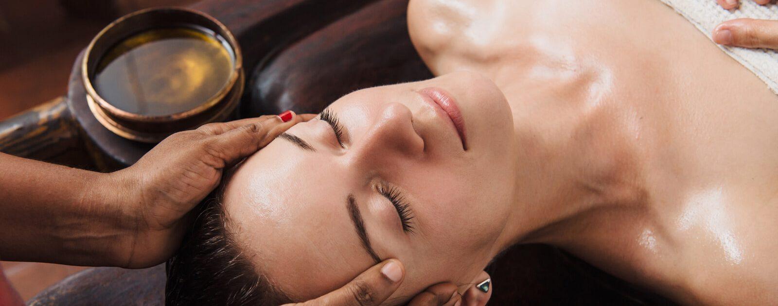 Frau bei der Ayurvedatherapie