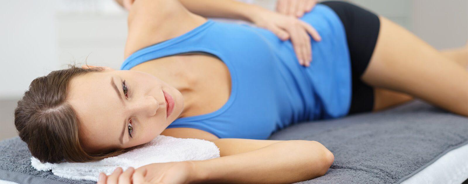 Der Bandscheibenvorfall einer Frau wird mit einer Schmerztherapie behandelt.