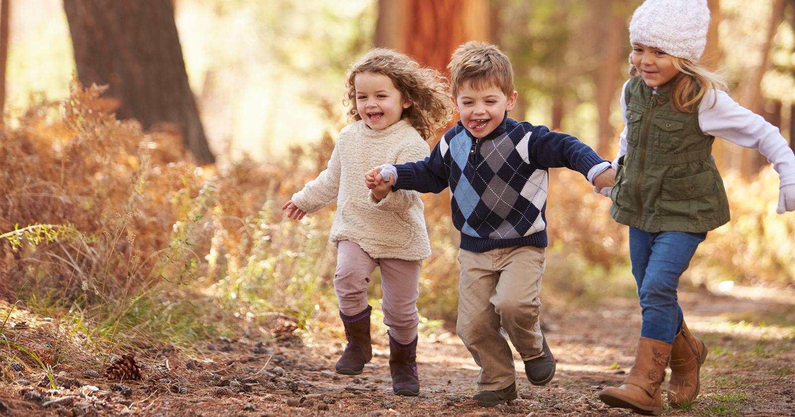 Kinder spielen draußen, denn Bewegung ist eine gute Behandlungsmethode gegen Rückenschmerzen bei Kindern