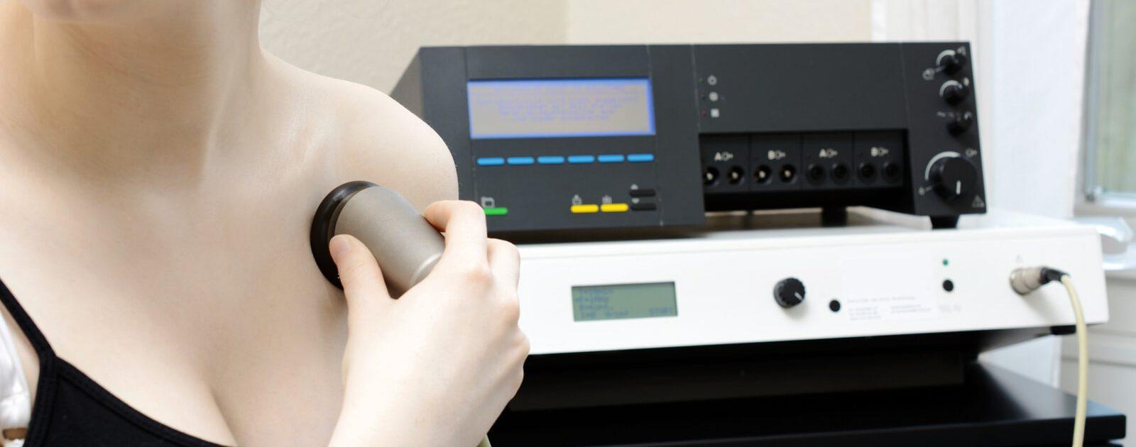 Frau bei der Bioresonanztherapie gegen Rückenschmerzen