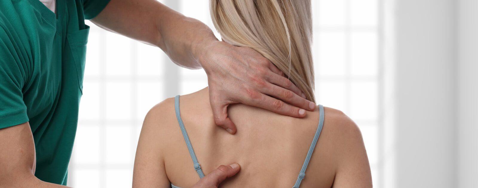 Frau wird wegen eines BWS-Syndroms behandelt
