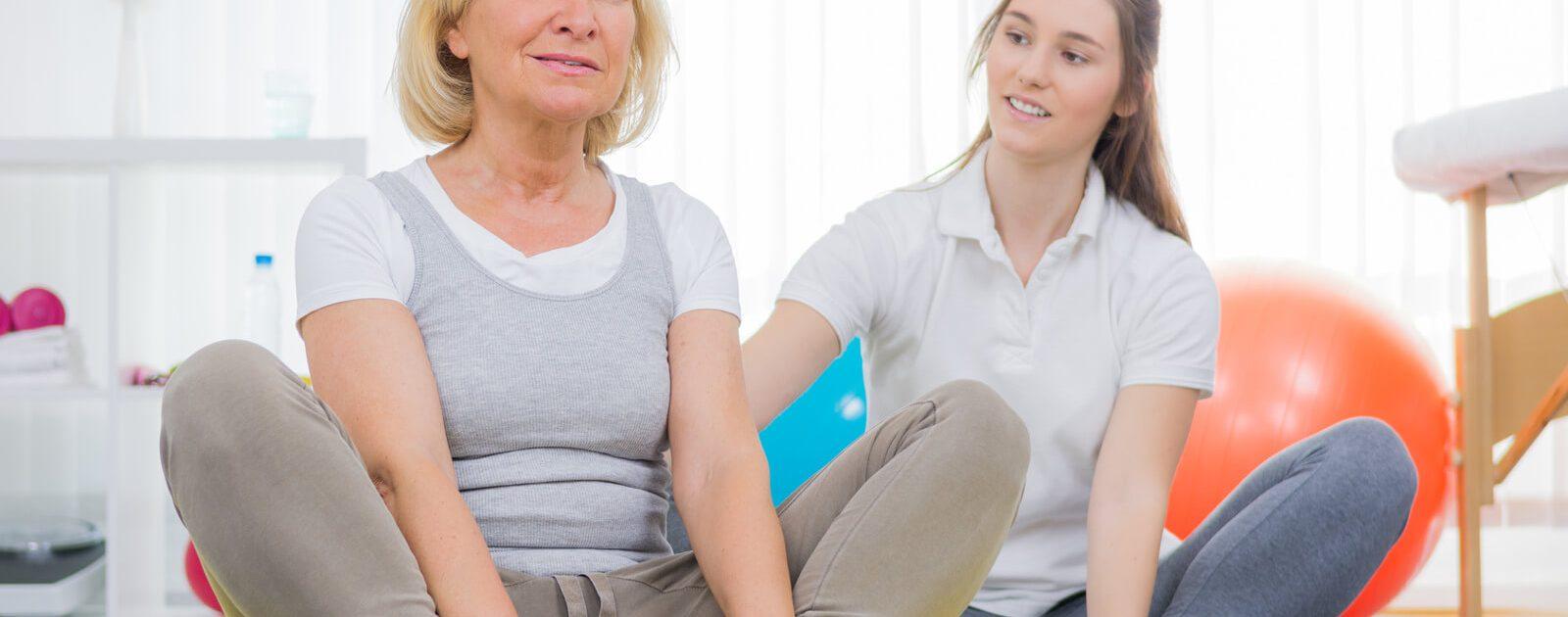 Eine ältere Frau bei der Ergotherapie: In der Ergotherapie lernen Menschen mit körperlichen Einschränkungen wieder selbstständig zu werden.