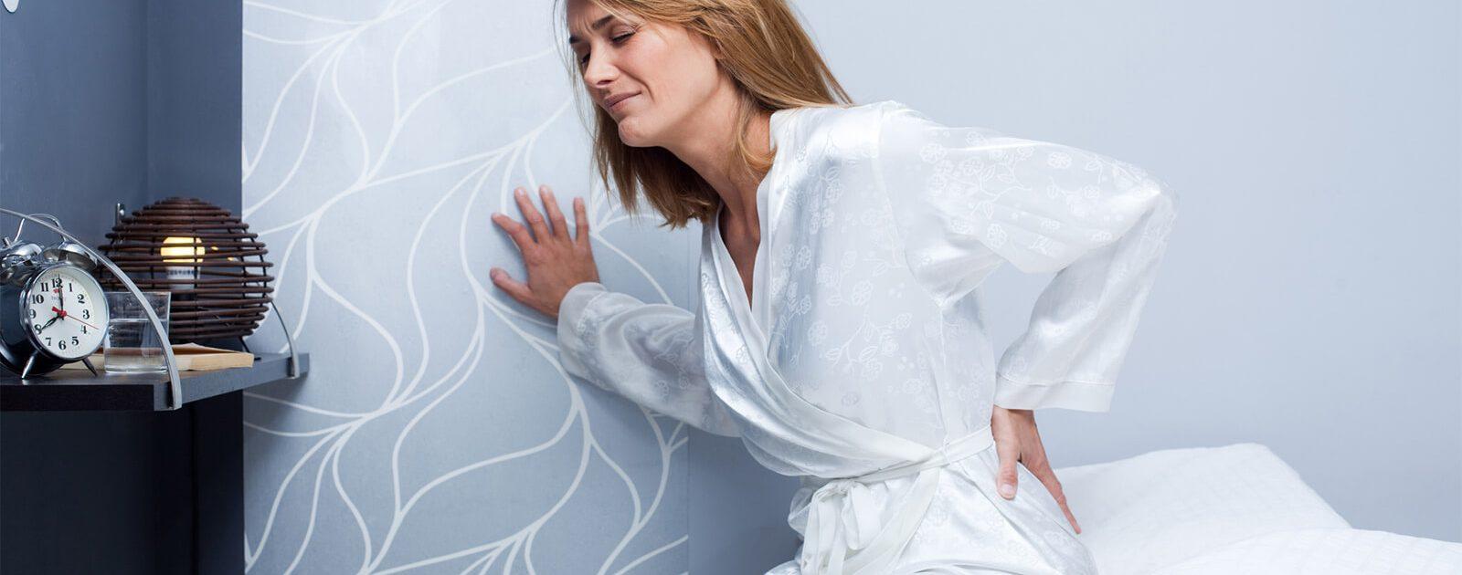 Frau leidet unter plötzlichem Schmerz aufgrund eines Hexenschusses