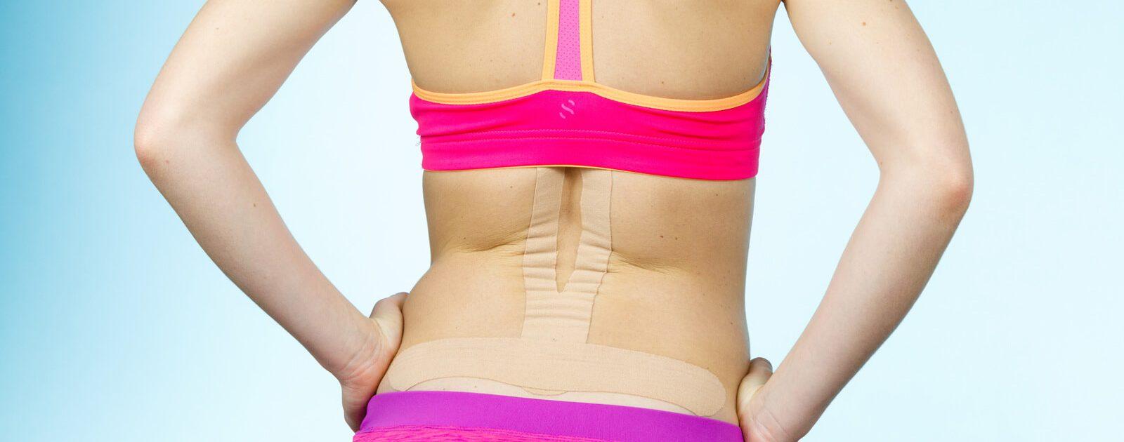 Gegen Rückenschmerzen werden in der Kinesiologie oft sogenannte Kinesio-Tapes eingesetzt