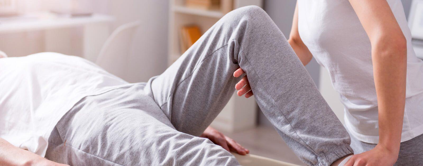 Mann mit Lähmung der Beine bei der Physiotherapie.