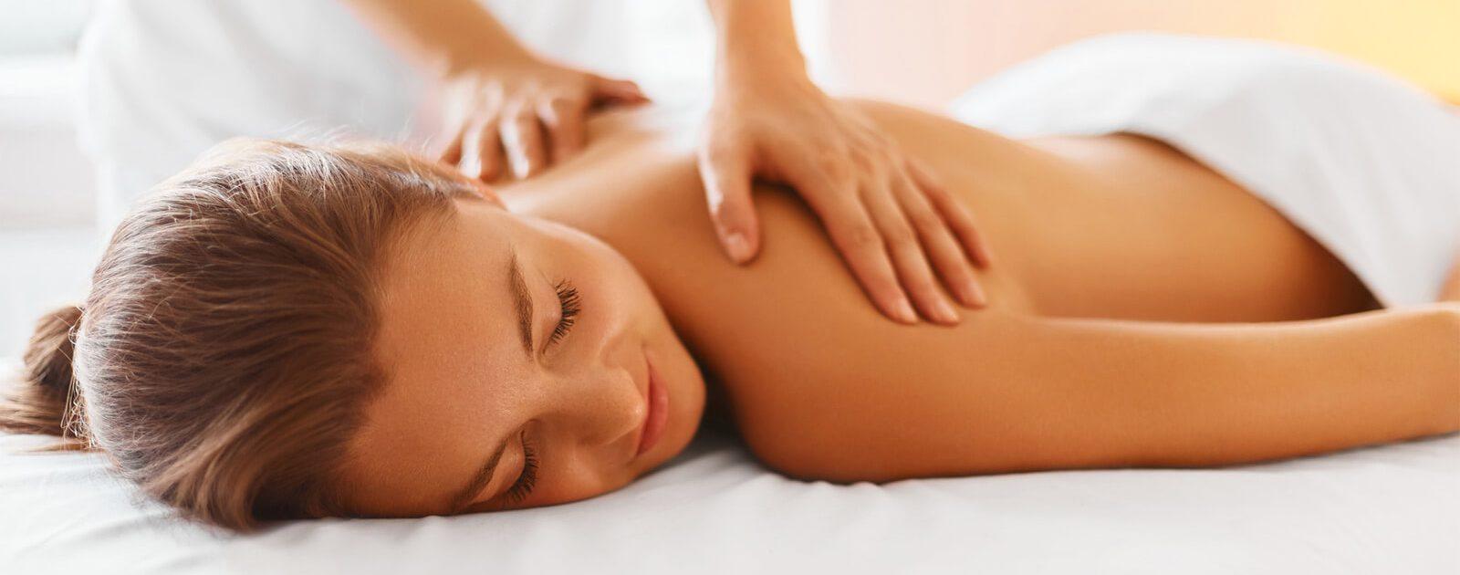 Eine Frau bekommt eine entspannte Massage.