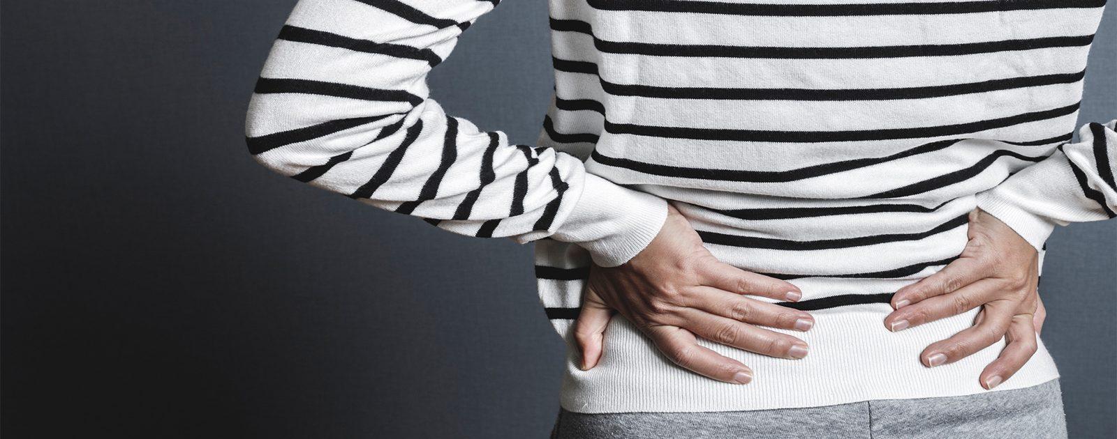 Frau mit Rückenschmerzen oder Nervenschmerzen.