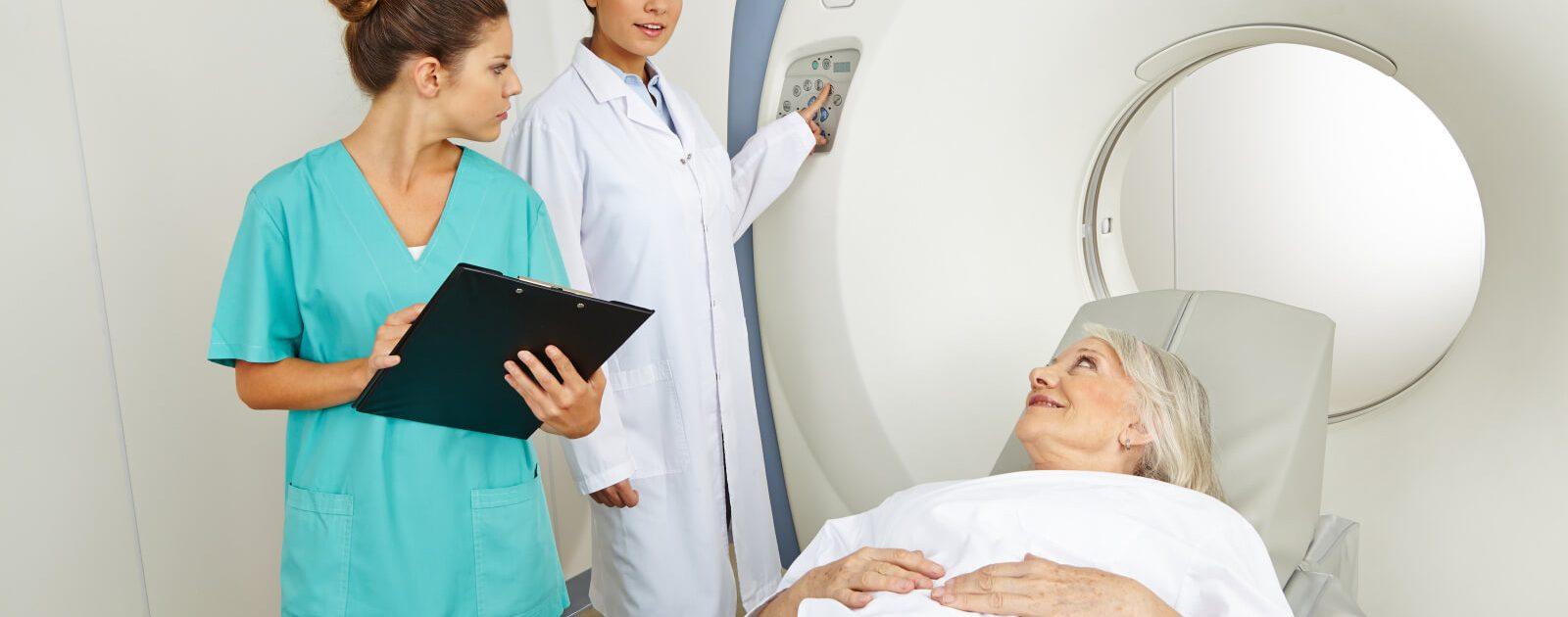 Frau bei der Diagnose einer Nervenschädigung