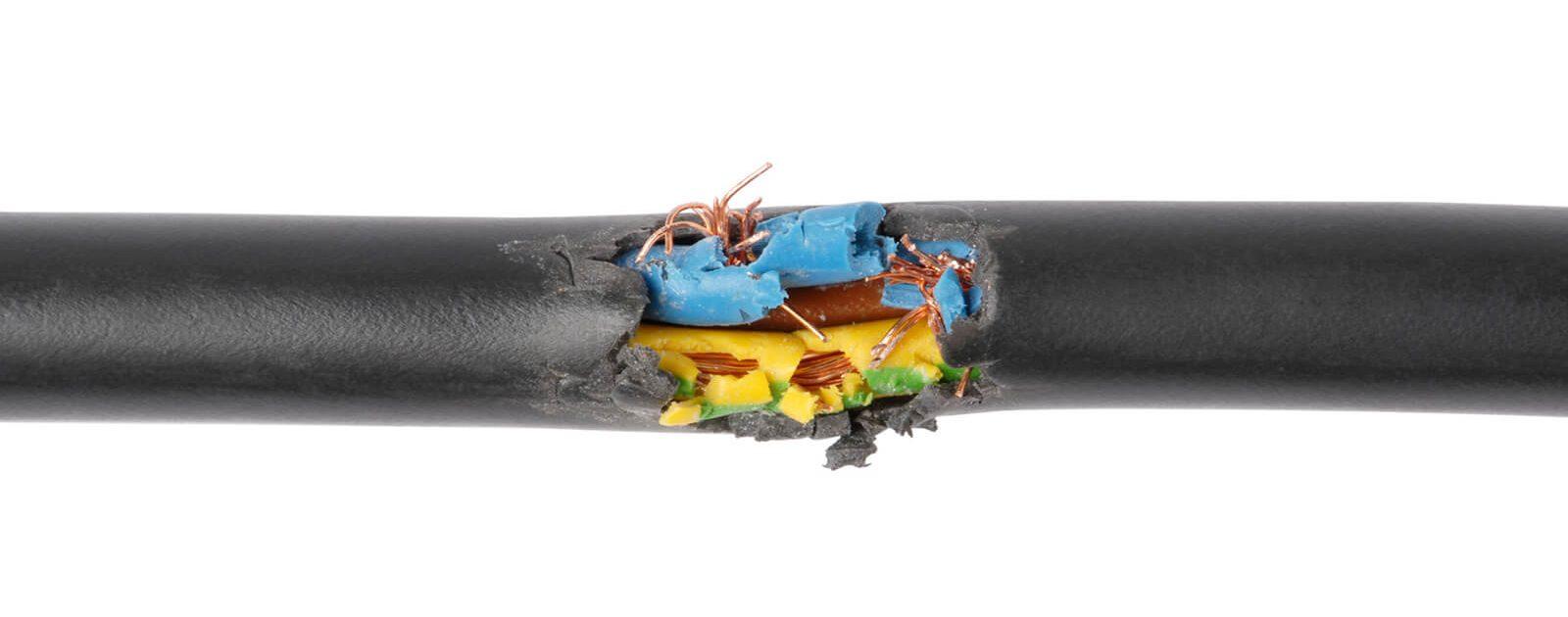 Beschädigtes Stromkabel als Symbolbild für beschädigte Nerven