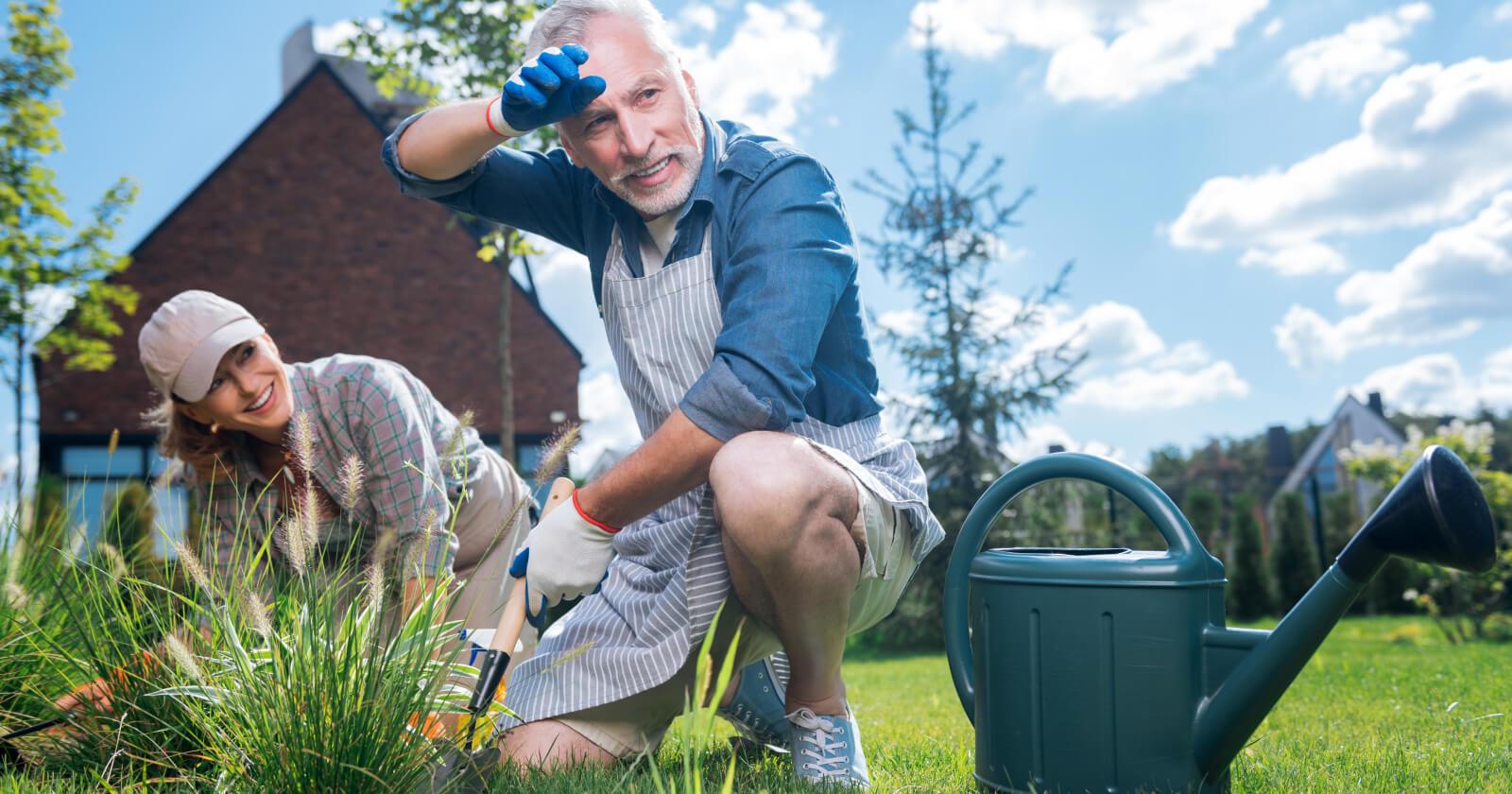 Ein Mann versucht bei der Gartenarbeit auf eine korrekte Körperhaltung zu achten