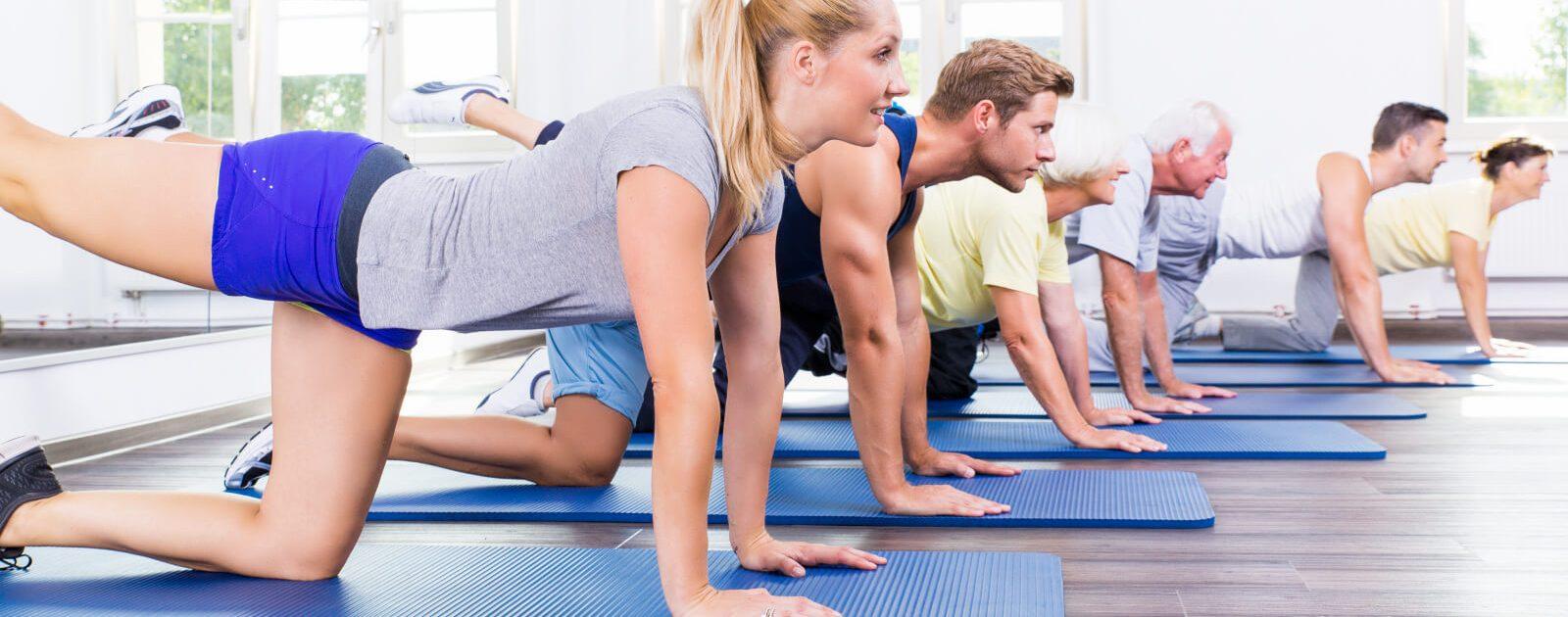 Vor dem Sport sollte man Dehnübungen zur Prävention von Rückenschmerzen machen