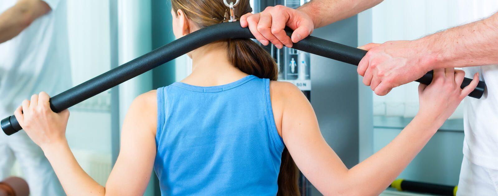 Junge Frau trainiert ihre Rückenmuskulatur.