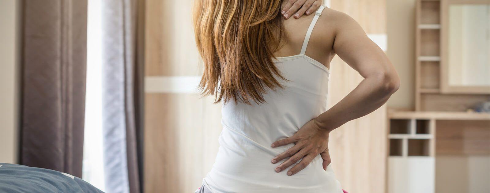 Frau leidet unter Rückenschmerzen