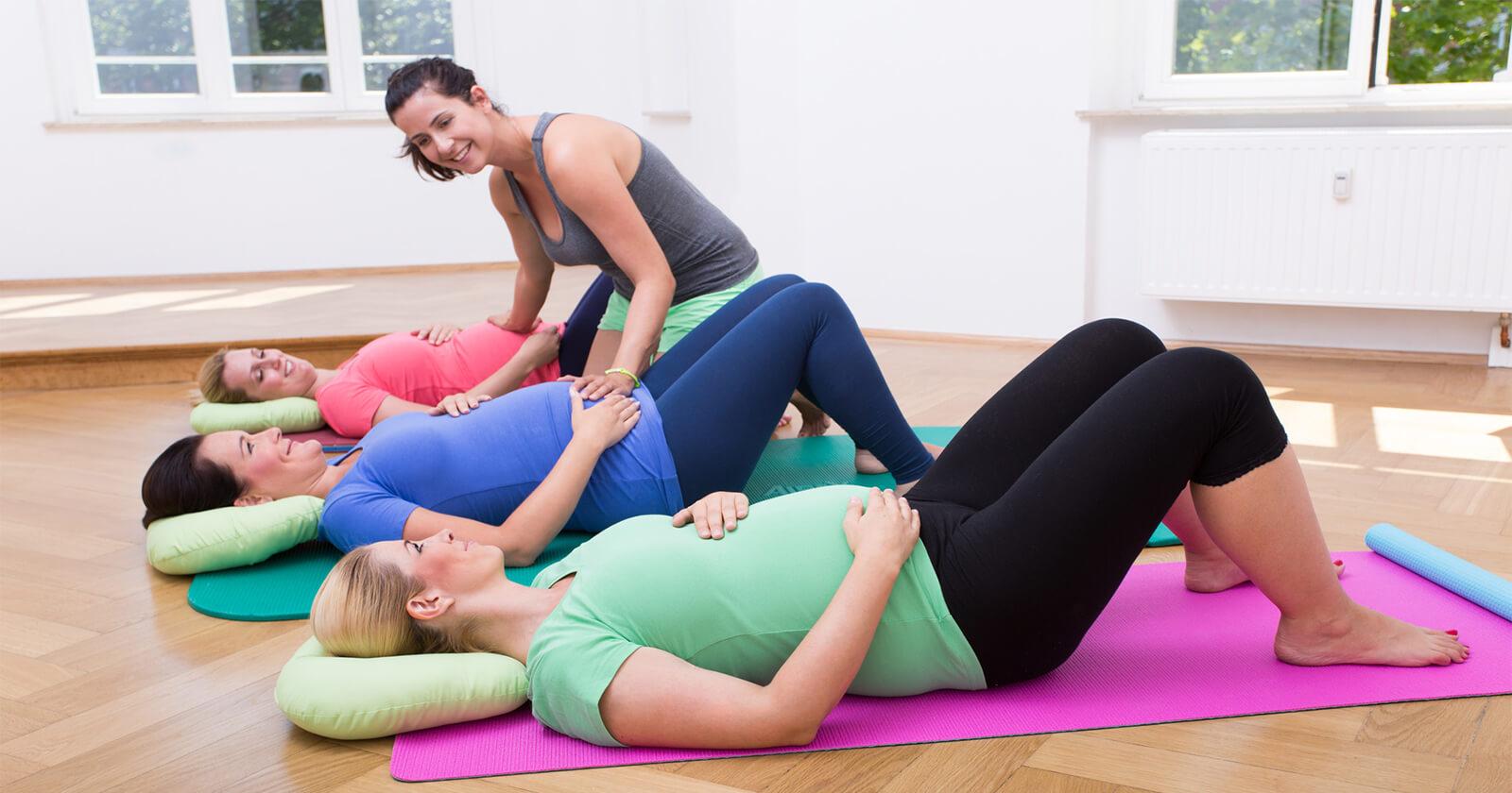 Frauen beugen durch Sport Rückenschmerzen in der Schwangerschaft vor.