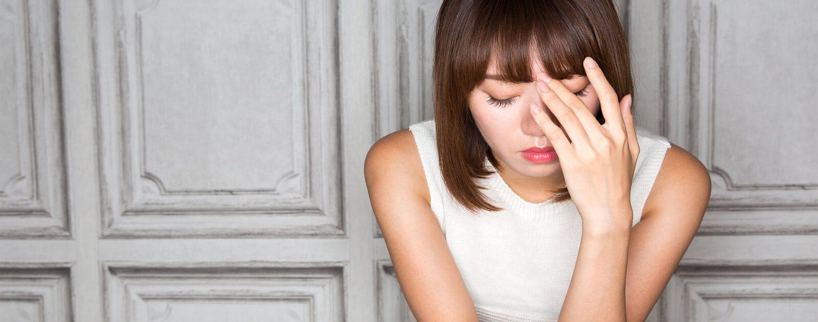 Frau leidet unter akuten Rückenschmerzen