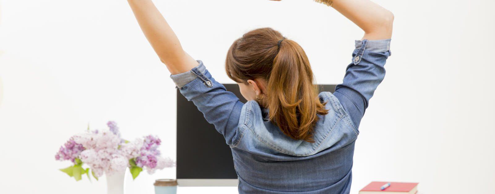 Eine Frau weiß dank der Rückenschule, welche Übungen ihrem Rücken guttun.