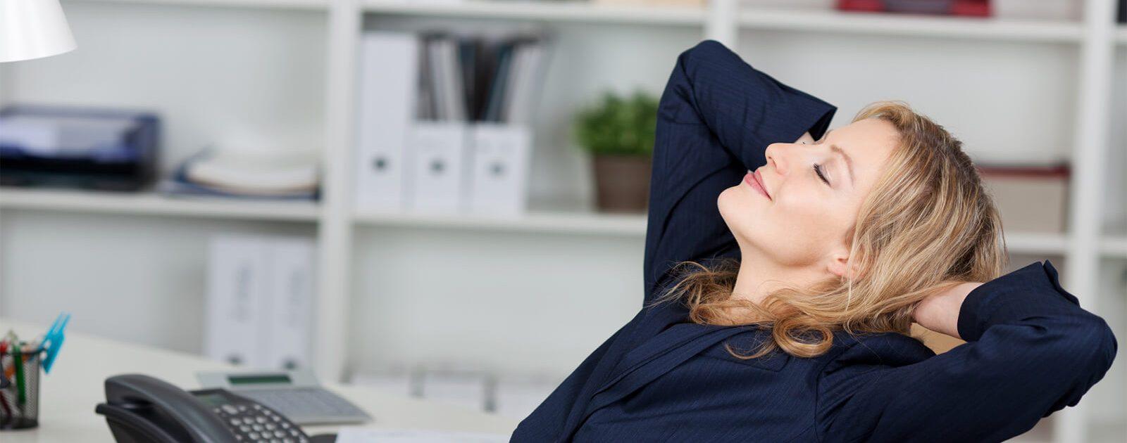 Eine Frau stärkt ihren Rücken durch gezielte Übungen.