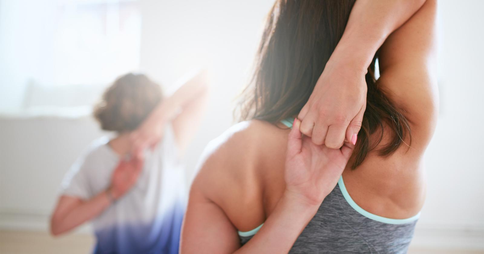 Eine Frau beim Dehnen der Muskulatur vor dem Sport