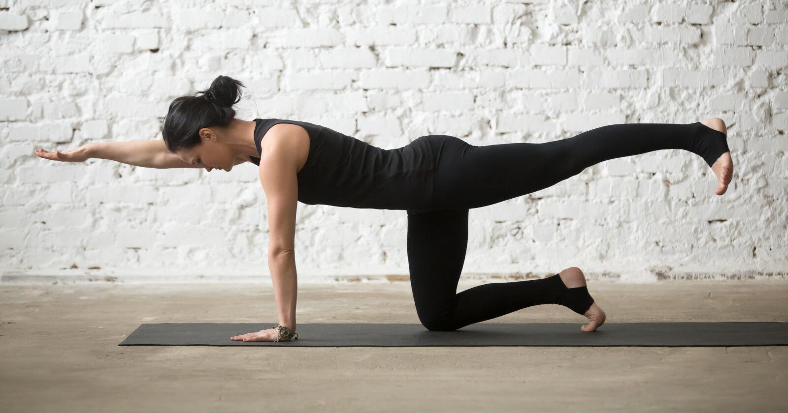 Eine Frau die Ihre Körperhaltung übt
