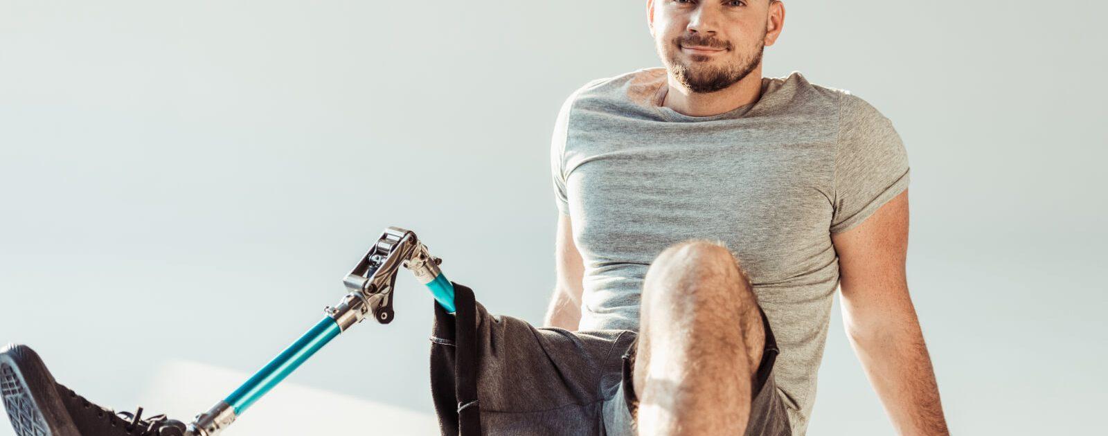 Mann, der aufgrund einer Amputation eine Beinprothese trägt.