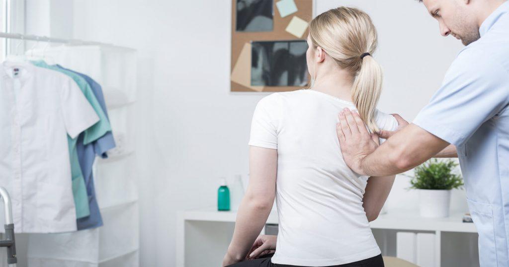 Ischialgie-Diagnose: Arzt, der eine Frau untersucht.
