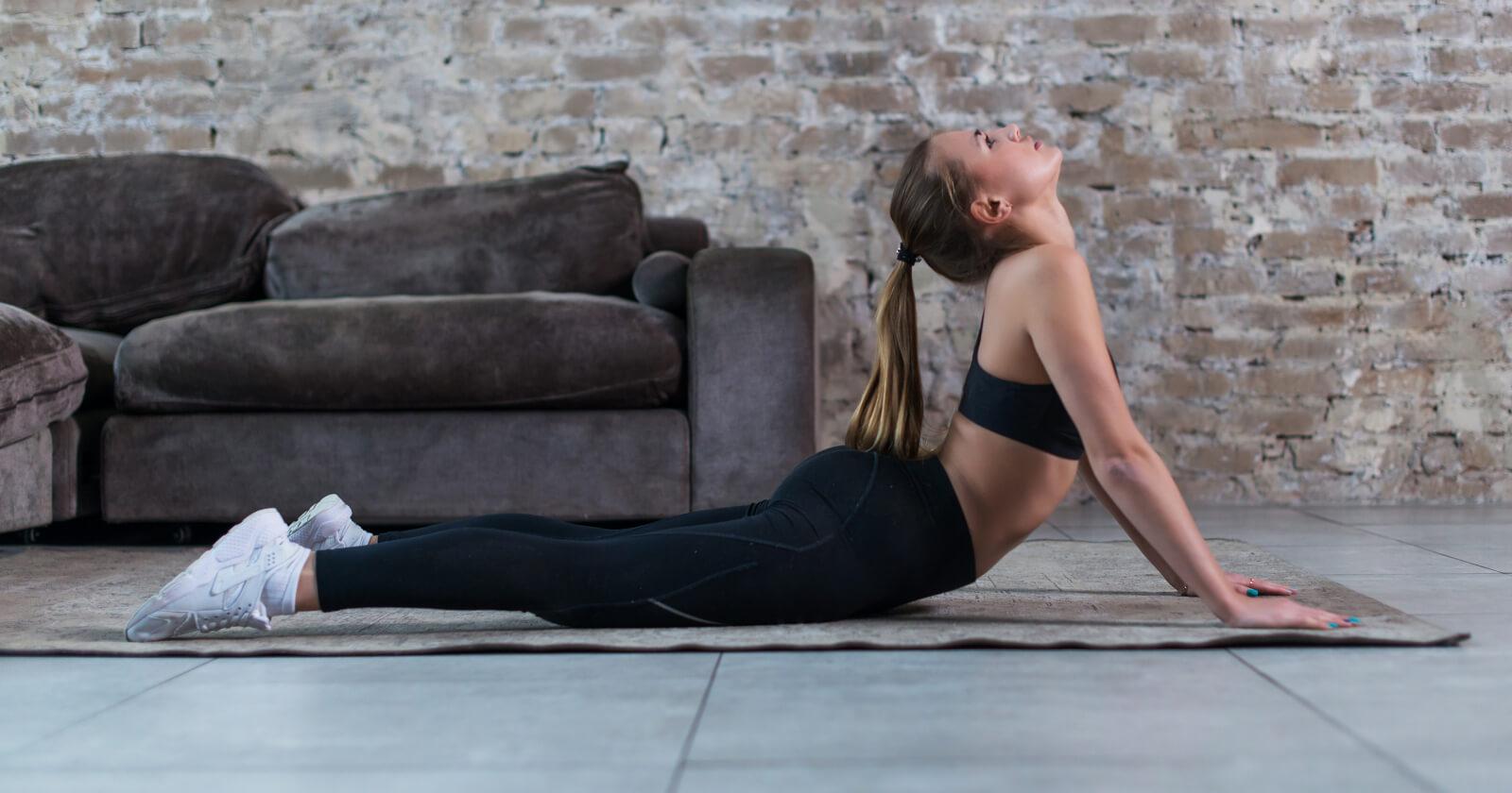 Frau macht die Yoga-Übung Kobra aus der Reihe der Asana Fibel.