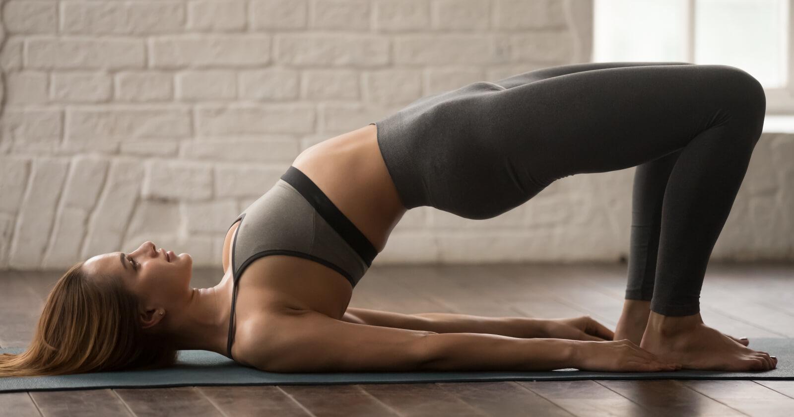 Frau macht eine Schulterbrücke.