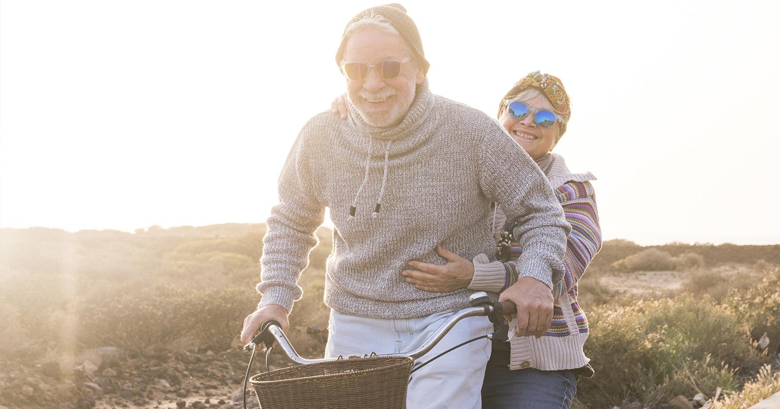 Älteres Paar, das auf neuroLoges® vertraut, macht einen Ausflug.