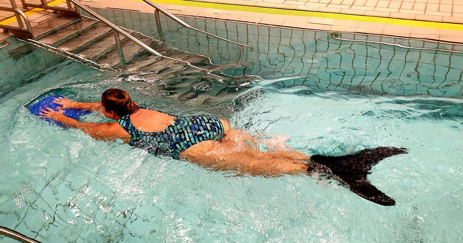 Zuzana Babicek, die an Fibromyalgie leidet, fühlt sich beim Meerjungfrauen-Schwimmen wohl.