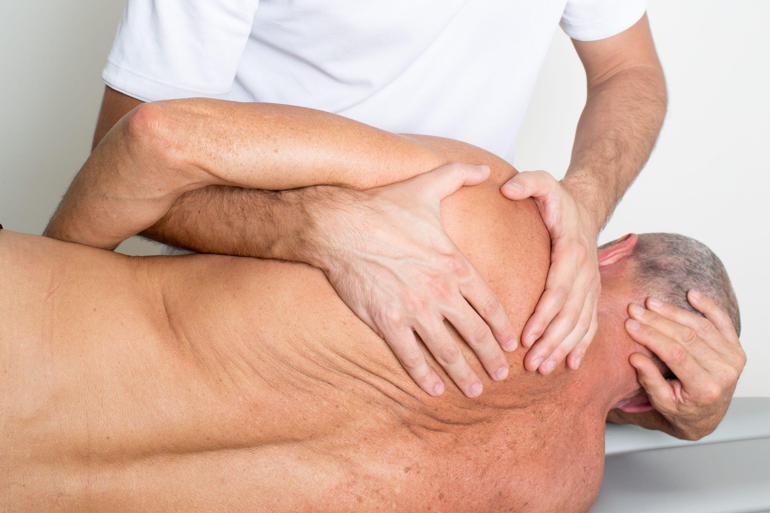 Älterer Mann, bei dem eine Faszienbehandlung zur Auflösung der verklebten Faszien durchgeführt wird.