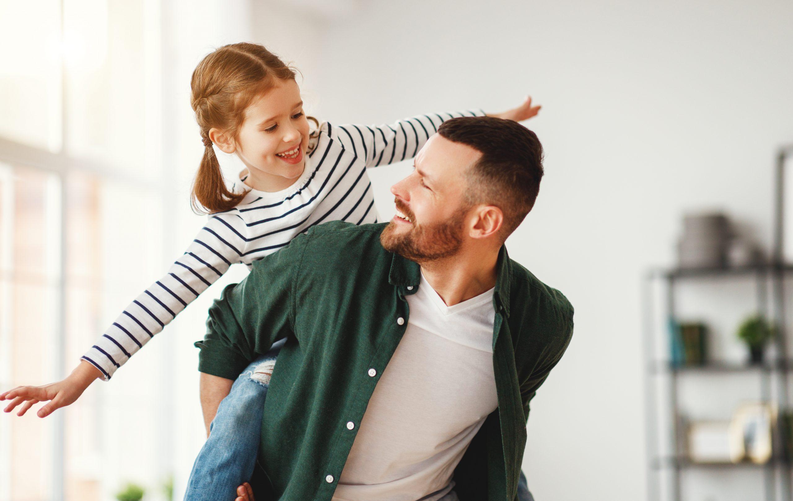 Junger Mann konnte seine Rückenschmerzen mit Ranocalcin® lindern und ist nun wieder in der Lage, unbeschwert mit seiner Tochter zu toben.