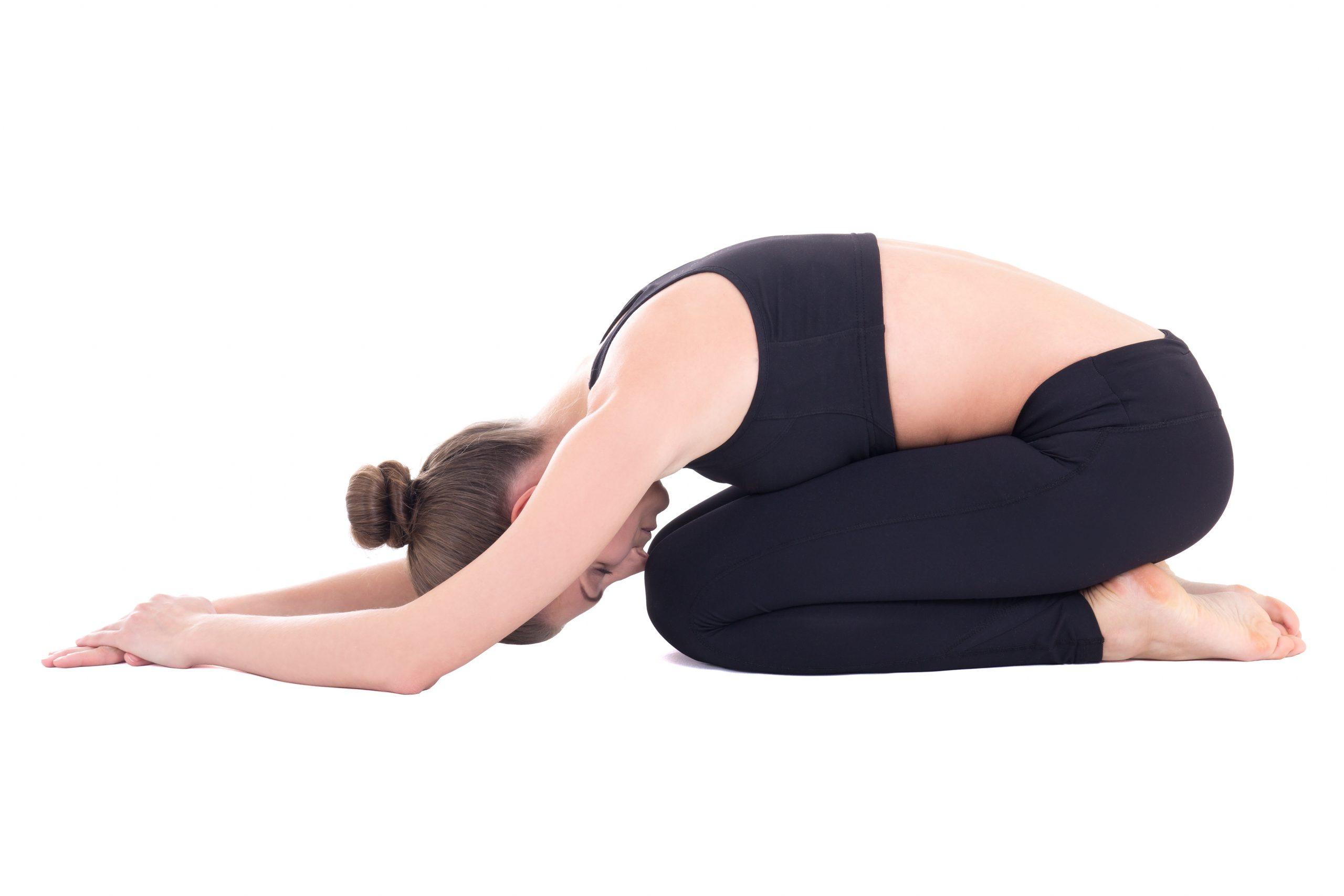 Frau macht die Yoga-Pose des Kindes gegen Hexenschuss.